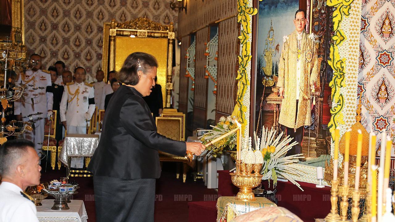สมเด็จพระเทพรัตนราชสุดาฯ สยามบรมราชกุมารี เสด็จพระราชดำเนินพร้อมด้วย คุณพลอยไพลิน เจนเซน ทรงบำเพ็ญพระราชกุศลถวายภัตตาหารเช้าแด่พระภิกษุสงฆ์ ในการพระพิธีธรรมสวดพระอภิธรรมพระบรมศพ พระบาทสมเด็จพระปรมินทรมหาภูมิพลอดุลยเดช ณ พระที่นั่งดุสิตมหาปราสาท ในพระบรมมหาราชวัง เมื่อวันที่ 30 พฤศจิกายน.