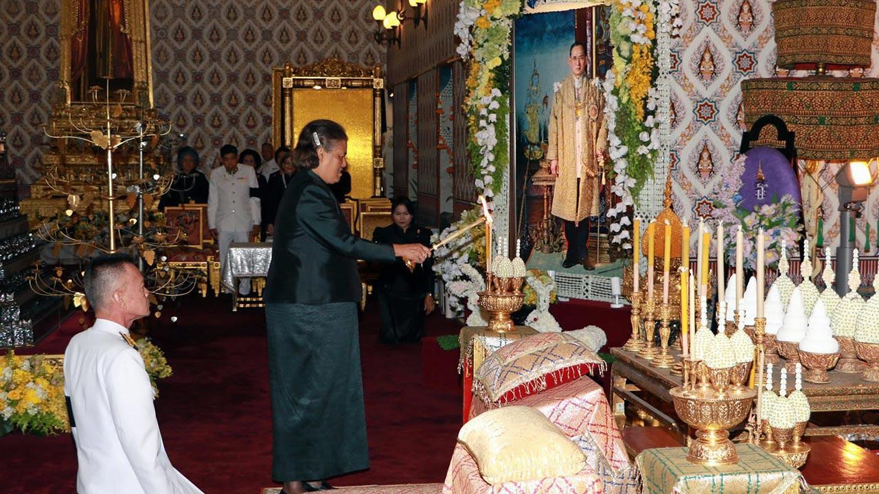สมเด็จพระเทพรัตนราชสุดาฯ สยามบรมราชกุมารี เสด็จพระราชดำเนินไปในการพระพิธีธรรมสวดพระอภิธรรมพระบรมศพ พระบาทสมเด็จพระปรมินทรมหาภูมิพลอดุลยเดช ณ พระที่นั่งดุสิตมหาปราสาท เมื่อวันที่ 29 พฤศจิกายน.