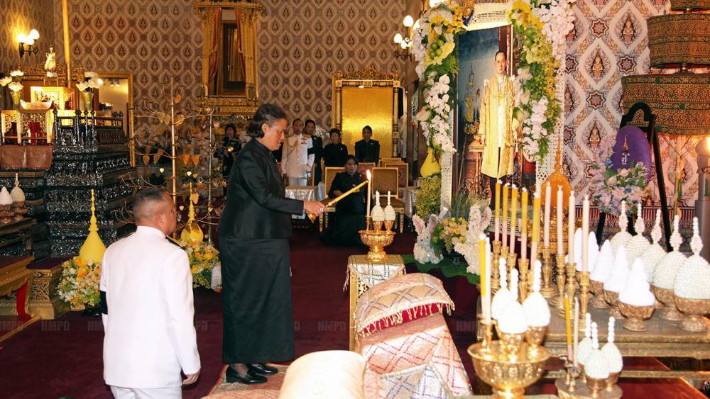 สมเด็จพระเทพรัตนราชสุดาฯ สยามบรมราชกุมารี เสด็จฯพร้อมด้วย พระเจ้าหลานเธอ พระองค์เจ้าอทิตยาทรกิติคุณ คุณพลอยไพลิน เจนเซน ทรงบำเพ็ญพระราชกุศลถวายภัตตาหารเช้าแด่พระภิกษุสงฆ์ ในการพระพิธีธรรมสวดพระอภิธรรมพระบรมศพ พระบาทสมเด็จพระปรมินทรมหาภูมิพลอดุลยเดช ณ พระที่นั่งดุสิตมหาปราสาท   เมื่อวันที่ 19 พฤศจิกายน.