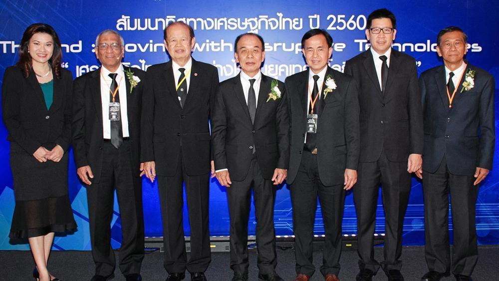 """สัมมนา ชนินท์ ว่องกุศลกิจ จัดงานสัมมนาทิศทางเศรษฐกิจไทย """"เศรษฐกิจไทยก้าวอย่างไร ในยุคเทคโนโลยีป่วนโลก"""" โดยมี ดร.อรัญ ธรรมโน, รศ.ดร.วรากรณ์ สามโกเศศ, เทพชัย หย่อง และ ดร.เอกนิติ นิติทัณฑ์ประภาศ มาร่วมงานด้วย ที่โรงแรมพลาซ่า แอทธินี วันก่อน."""