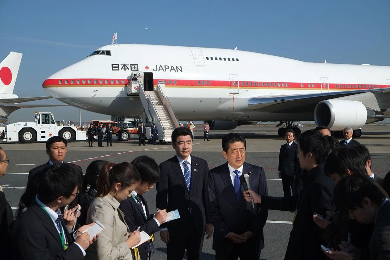 นายกรัฐมนตรีชินโสะ อาเบะ แถลงข่าวที่ท่าอากาศยานในกรุงโตเกียว เมื่อ 17พ.ย. ก่อนเดินทางมาพบกับโดนัลด์ ทรัมป์ที่นครนิวยอร์ก