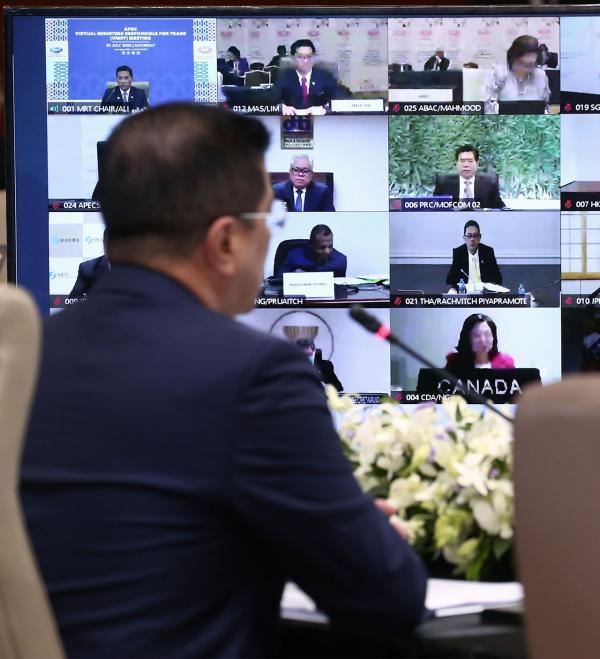 ตัวแทนมาเลเซีย ซึ่งเป็นประเทศเจ้าภาพกลุ่มเอเปกในปีนี้ จุดประชุมรัฐมนตรีชาติสมาชิกเอเปกผ่านระบบออนไลน์เมื่อ 25 ก.ค.ที่ผ่านมา (เอเอฟพี)