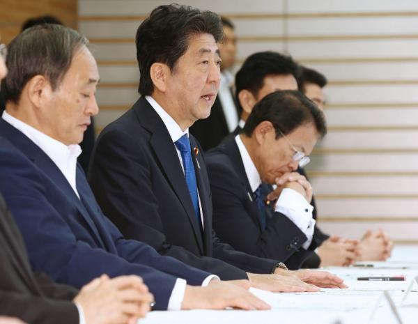 นายกรัฐมนตรีชินโสะ อาเบะ ของญี่ปุ่น(ที่สองจากซ้าย) ร่วมประชุมรับมือภัยพิบัติแผ่นดินไหว