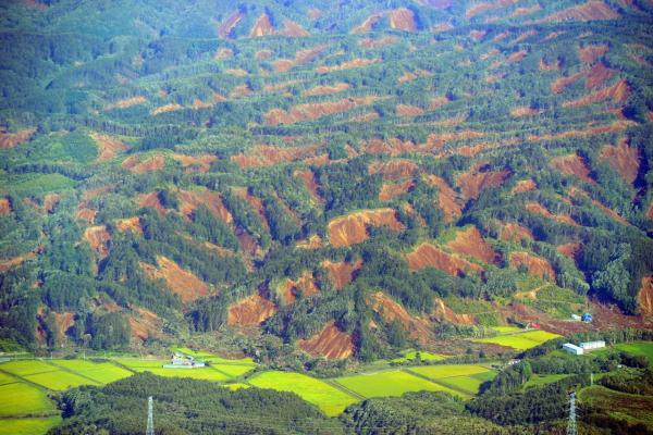 แผ่นดินไหวรุนแรงขนาด 6.7 เขย่าเกาะฮอกไกโด ทำให้เกิดดินถล่มจากภูเขาเป็นจำนวนมาก