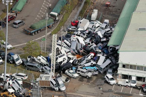 ความรุนแรงของไต้ฝุ่นเชบี พัดรถยนต์มากองรวมกันได้ขนาดนี้