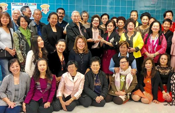 เลี้ยงอำลา สุจิตรา ปาลีวงศ์ ประธานศูนย์วัฒนธรรมแห่งรัฐนิวยอร์ก สหรัฐฯ จัดเลี้ยงส่ง สุวนิตย์ สมบัติพิบูลย์ รอง กสญ. ณ นครนิวยอร์ก ครบวาระกลับประเทศไทย โดยมี วัฒนา เพ็ชรพรประภาส ภริยา กสญ.มาร่วมงาน ที่ศูนย์ฯ.