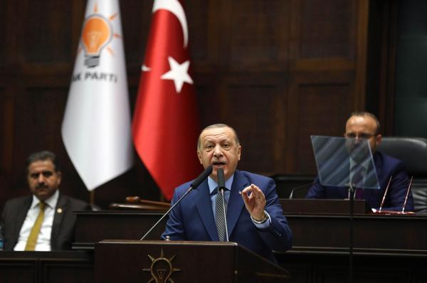 เกมกดดัน-ประธานาธิบดีเรเซป ทายยิป แอร์โดอัน แห่งตุรกี แถลงในที่ประชุมพรรคยุติธรรมและการพัฒนา (เอเค) พรรครัฐบาล ในสมัชชาแห่งชาติ กรุงอังการา ขณะที่ยังกดดันให้ผู้นำซาอุฯ เปิดเผยผู้บงการสังหารนายจามาล คาช็อกกี นักข่าวอาวุโสชาวซาอุฯ ในสถานกงสุลซาอุฯ ในตุรกี (เอเอฟพี)
