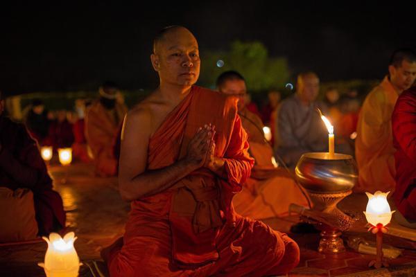 พระศรีโพธิวิเทศ (สุพจน์) เจ้าอาวาสวัดไทยลุมพินี ประเทศเนปาล นำคณะสงฆ์นานาชาติและชาวพุทธสวดมนต์ข้ามปี.