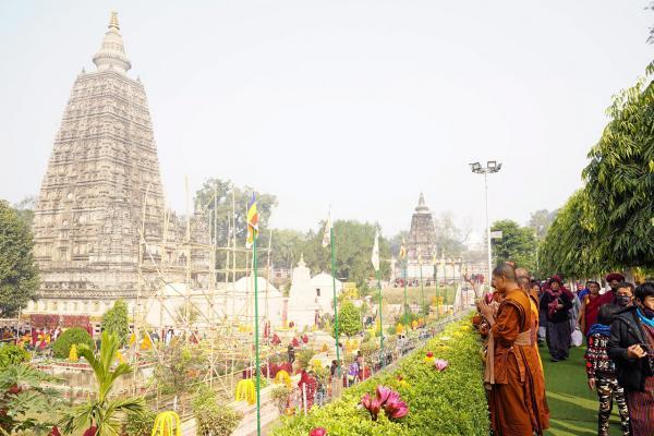 พระสงฆ์ไทย ที่ร่วมเดินธุดงค์ธรรมยาตราตามรอยพระศาสดา ไปเจริญพระพุทธมนต์บริเวณรอบพระมหาเจดีย์พุทธคยา ก่อนเดินธุดงค์.