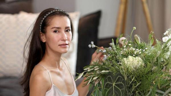สวยสะกดใจ เอ-ทินพันธ์ โพสต์ภาพ แอน ทองประสม นั่งจัดดอกไม้สุดเรียบง่ายแต่ปังทั้งองค์ประกอบและความเซ็กซี่เบาๆ ไม่ได้มีแต่แซวกัน มุมภาพสวยอวยแฟนก็มีน้า...า