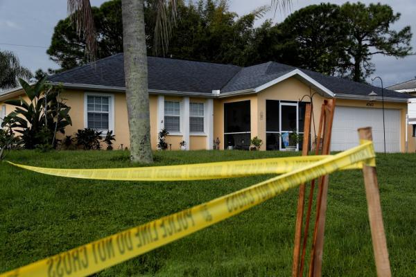 เจ้าหน้าที่ตำรวจขึงแนวกั้นบริเวณหน้าบ้านครอบครัวของไบรอัน ลอนดรี ในเมืองนอร์ท พอร์ต รัฐฟลอริดา