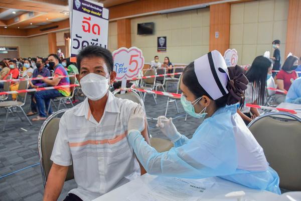 พยาบาล รพ.พัทลุง ฉีดวัคซีนซิโนฟาร์ม ให้กับประชาชนที่เข้ารับบริการ ที่ห้องประชุมโนรา อาคารเฉลิมพระเกียรติฯ ชั้น 7 โรงพยาบาลพัทลุง ท่ามกลางความดีใจของทุกคนที่ได้รับวัคซีนป้องกันโควิด.