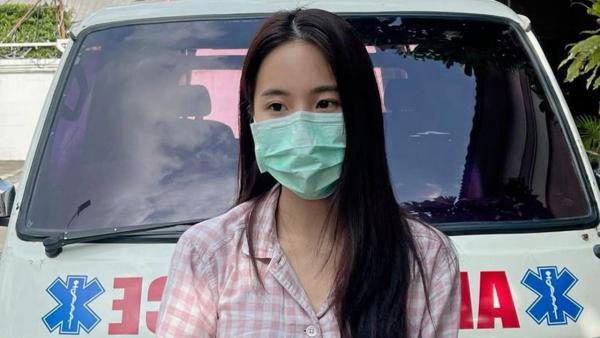 ส่วนดาราหน้าหมวย เจนิส-เจณิสตา ก็น่ารักมาก ควักเงินตัวเองและบอกบุญกับเพื่อนๆ ได้เงินมาก้อนหนึ่ง นำไปซื้อรถพยาบาลเพื่อช่วยขนย้ายผู้ป่วยโควิด-19 ที่ตอนนี้ยังขาดแคลน.