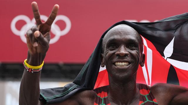 """""""เอเลียด คิปโชเก"""" นักวิ่งคนที่ 3 ในประวัติศาสตร์ ที่ป้องกันแชมป์โอลิมปิกได้สำเร็จ"""