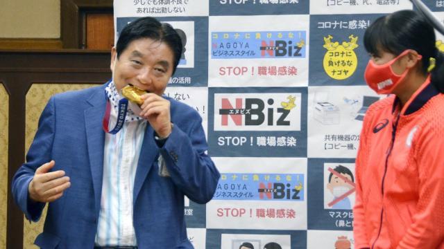 พ่อเมืองนาโกยาที่เคยกัดเหรียญโอลิมปิก ติดเชื้อโควิด-19 เรียบร้อยแล้ว