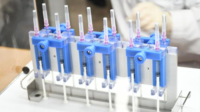 สธ. ร่วมวิศวะ จุฬาฯ ภาคเอกชน พัฒนาต้นแบบเครื่องแบ่งบรรจุวัคซีนอัตโนมัติ