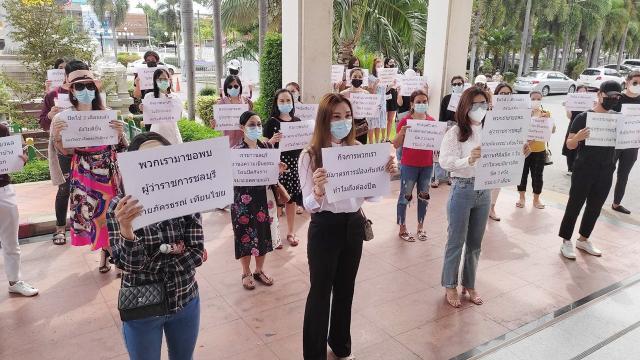 ผู้ประกอบการร้านเสริมสวย ร้านเกม สัก นวดแผนไทย ร้องผู้ว่าฯ ชลบุรี ขอคลายล็อก