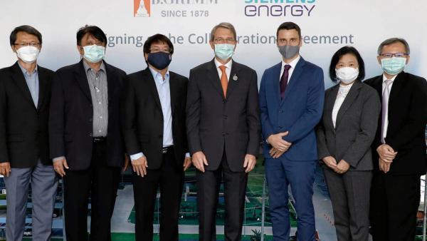 โครงการใหญ่ - ดร.ฮาราลด์ ลิงค์ ประธานบริษัท บี.กริม ลงนามสัญญาความร่วมมือกับบริษัท ซีเมนส์ เอนเนอร์ยี่ ในโครงการโรงไฟฟ้าพลังความร้อนร่วม จำนวน 10 โครงการ โดยมี โชติ ชูสุวรรณ, อีริค วีคค์ลุน และ อรุณพันธ์ ภู่ทอง มาร่วมในพิธีด้วย ที่บริษัท บี.กริม เพาเวอร์ สนญ. วันก่อน.