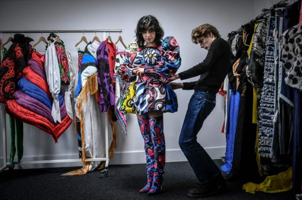 ลวดลายบนเสื้อผ้าแฟชั่นของดีไซเนอร์ Charles de Vilmorin ถูกวาดและเพนต์ด้วยมือทั้ง 100 เปอร์เซ็นต์ โดดเด่นด้วยรูปทรงแปลกตา และสีสันสดใส