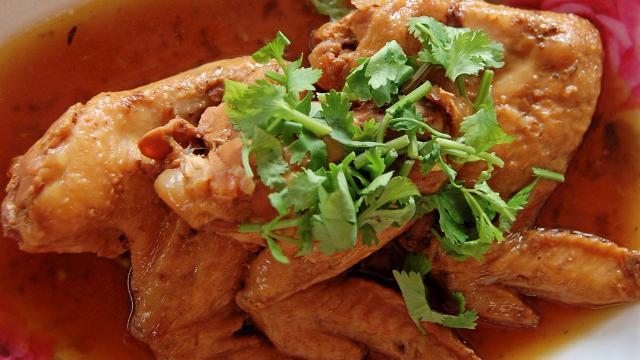 ปีกไก่ตุ๋นน้ำแดง ร้านฤาชาปราจีนฯ อร่อยนุ่มเต็มคำ