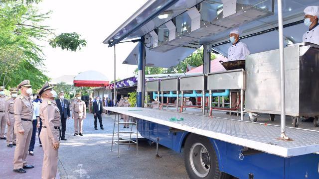 ผบ.ทร. ควงแม่บ้าน จัดรถครัวสนาม รถปันสุข บุกชุมชนช่วยบรรเทาโควิด