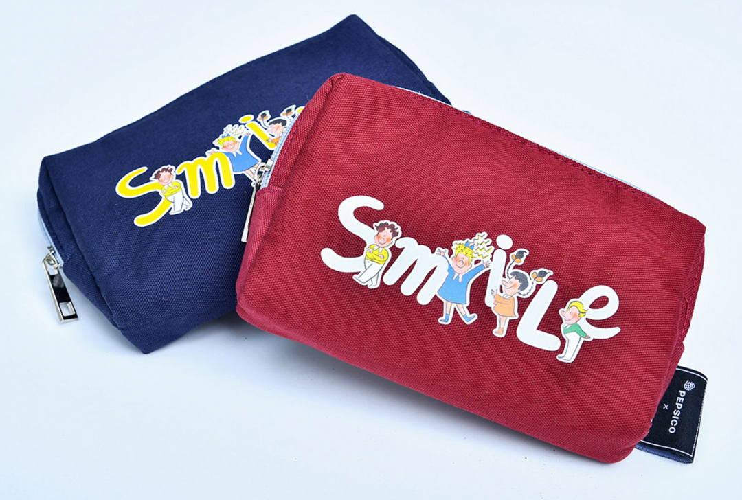 ถุงผ้าอเนกประสงค์ลาย Parade of Smile มีให้เลือก 2 สีทั้งแดงและน้ำเงิน ราคาใบละ 220 บาท