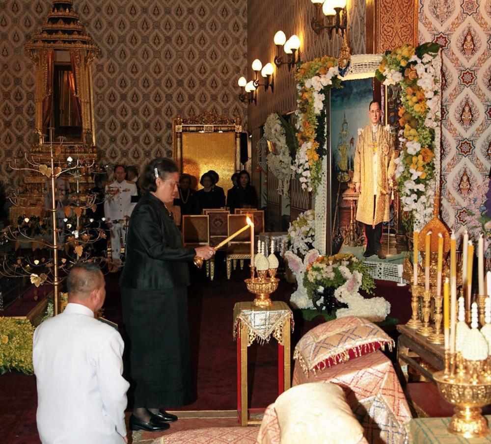 สมเด็จพระเทพรัตนราชสุดาฯ สยามบรมราชกุมารี เสด็จพระราชดำเนิน พร้อมพระบรมวงศานุวงศ์ ในการพระพิธีธรรมสวดพระอภิธรรมพระบรมศพ พระบาทสมเด็จพระปรมินทรมหาภูมิพลอดุลยเดช ณ พระที่นั่งดุสิตมหาปราสาท ในพระบรมมหาราชวัง เมื่อวันที่ 11 พฤศจิกายน.