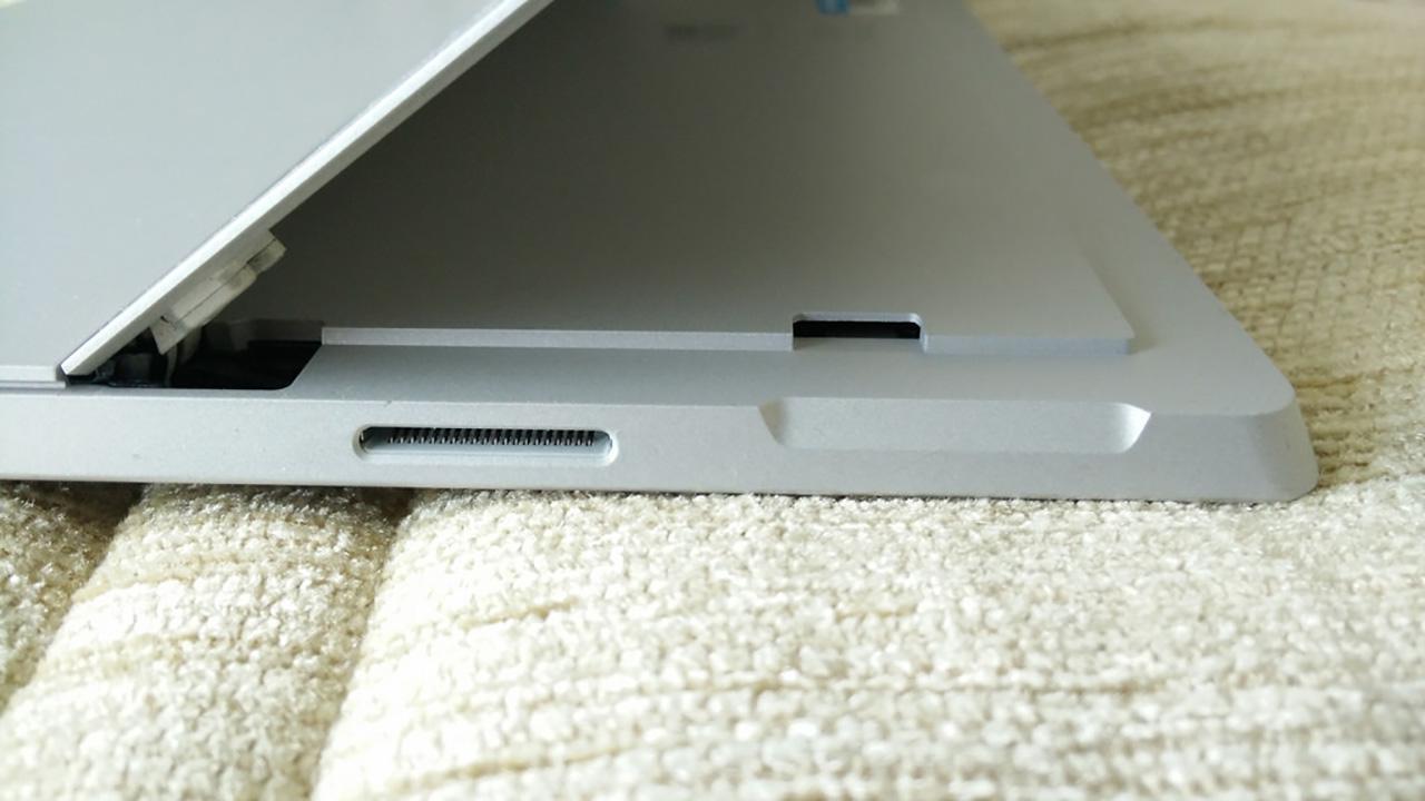 สล็อต MicroSD Card ที่อยู่ด้านใน Kickstand