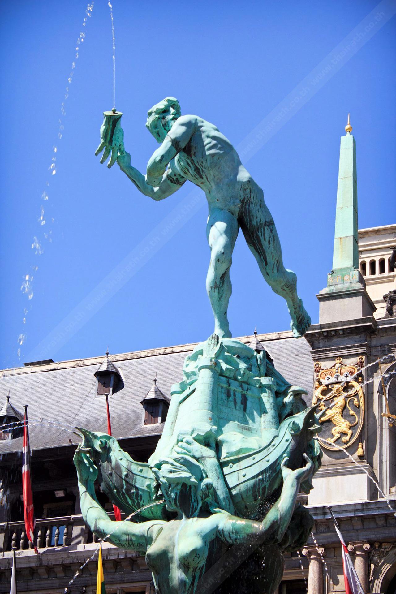 รูปปั้นทหารโรมันซิลวิอุส บราโบ กำลังเขวี้ยงมือยักษ์ลงแม่น้ำ.