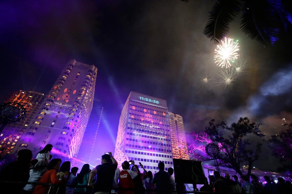ชาวเมืองชมการแสดงแสงเลเซอร์ ในงานนับถอยหลังเข้าสู่ปีใหม่ที่กรุงมะนิลา ประเทศฟิลิปปินส์