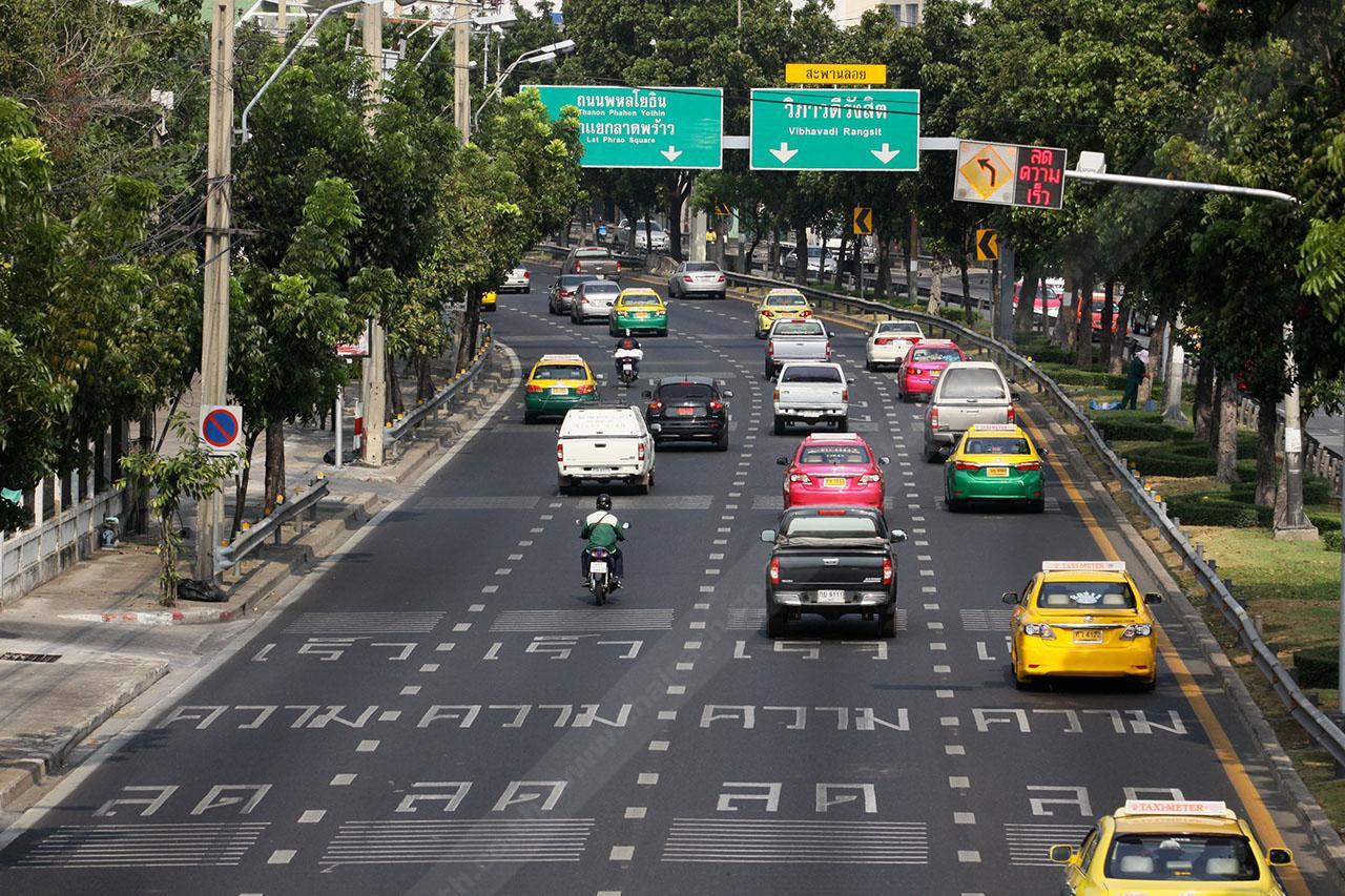 สันชะลอความเร็ว ข้อความบนพื้นถนน ไฟกระพริบ ช่วยเตือนผู้ขับขี่อย่างดี