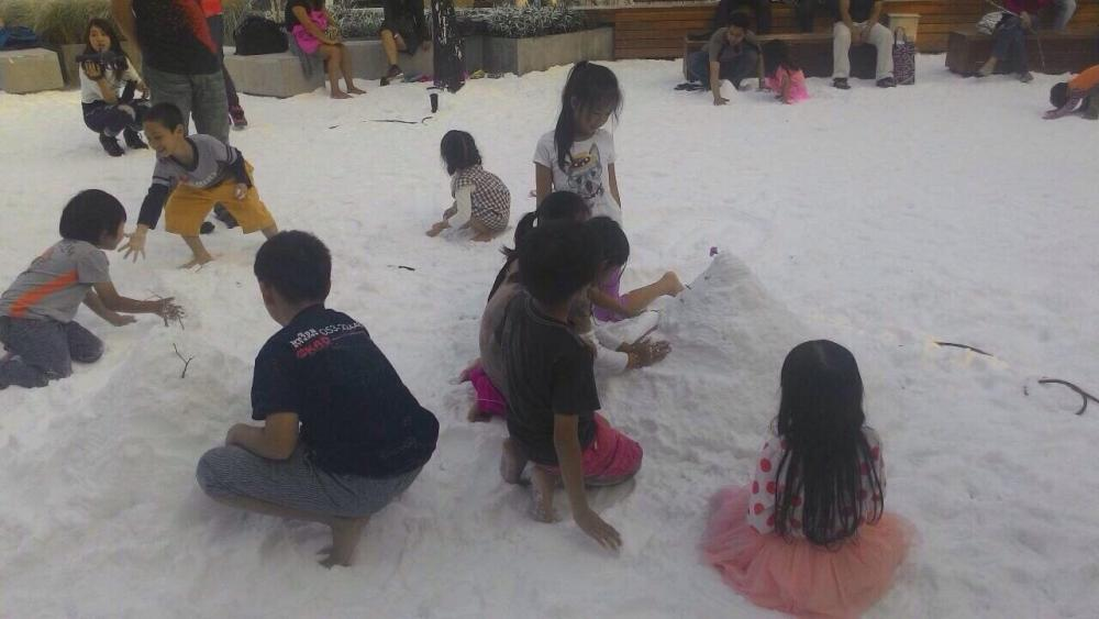 เด็กๆมีความสุข ได้สัมผัสกับหิมะที่แม้จะไม่ใช่ของจริงก็ตาม