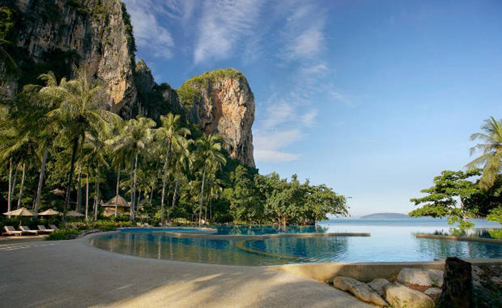 โรงแรมนี้ตั้งอยู่ที่หาดไร่เลย์ หาดสวยๆ ของกระบี่