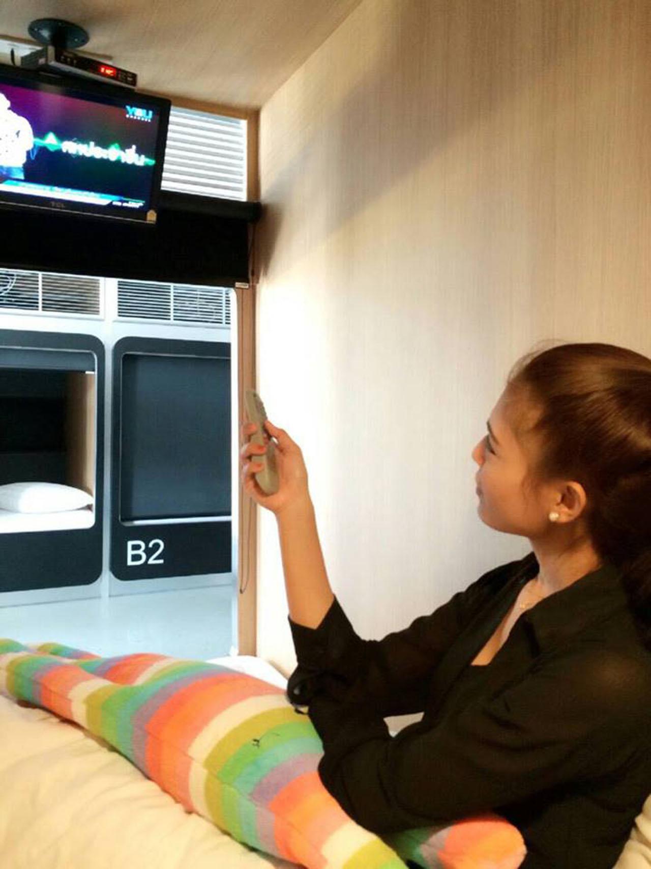 เห็นเล็กๆ แบบนี้ มีทีวีให้ดูด้วยนะ แต่ต้องใช้หูฟังเพื่อไม่ให้รบกวนห้องข้างๆ
