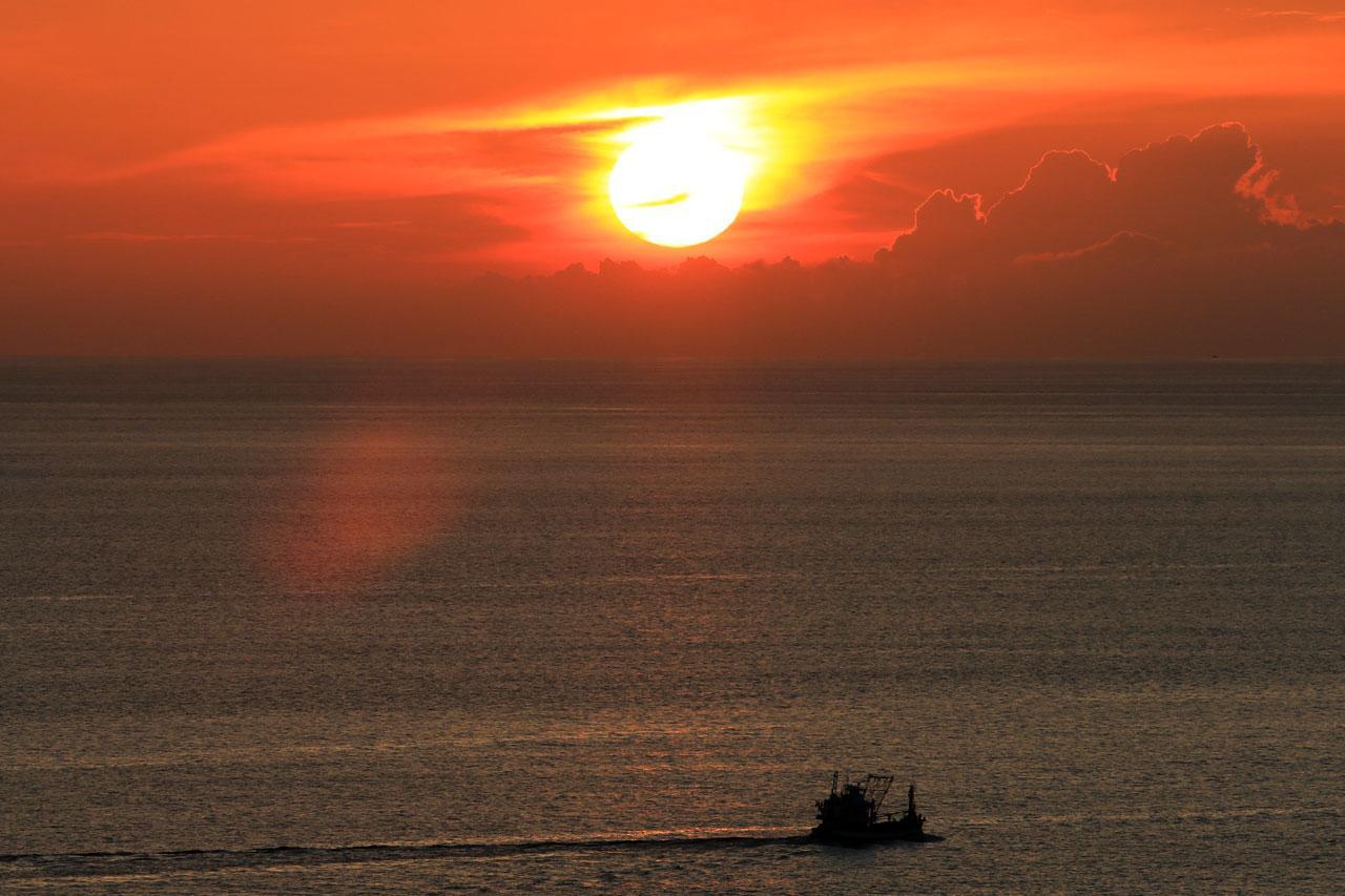 พระอาทิตย์ทอแสงน้อยใกล้ลับขอบฟ้า