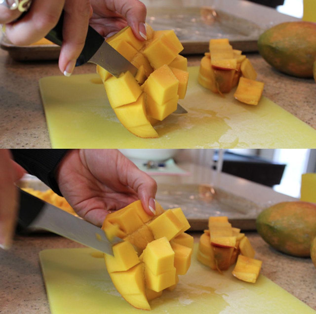 ใช้ส้อมหรือมีดตัดมะม่วงออกจากเปลือกเป็นชิ้นๆ