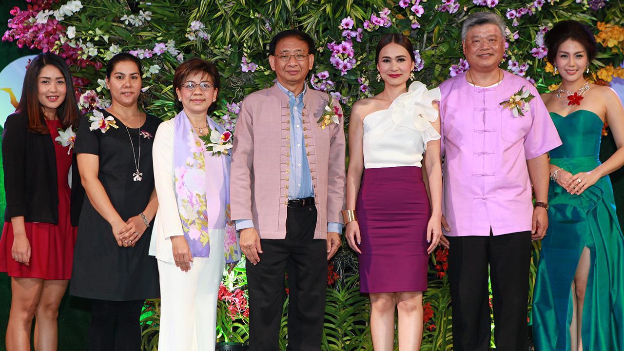 """ไปชมกล้วยไม้ กฤษณ์ ธนาวณิช รอง ผวจ.เชียงใหม่ เปิดงาน """"Chiangmai Flora International Orchid Show 2015"""" การแสดงกล้วยไม้นานาชาติ โดยมี  รุจิรา ริมผดี, เอ็มซาลล์ เลียวสวัสดิพงศ์ และ วรวัชร ตันตรานนท์ มาร่วมงานด้วย ที่เซ็นทรัลพลาซา เชียงใหม่ แอร์พอร์ต วันก่อน."""
