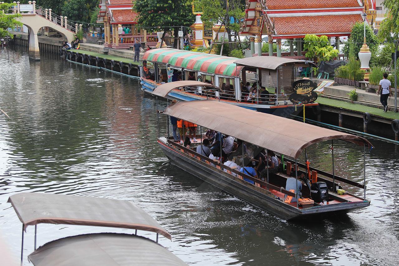 นั่งเรือเที่ยวชมริมฝั่งคลอง