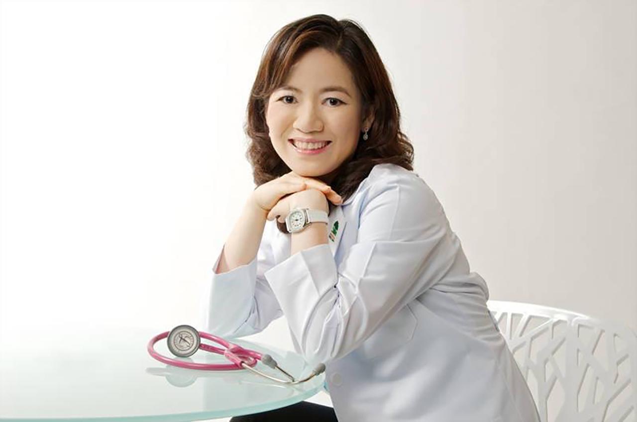 พญ. สุธีรา เอื้อไพโรจน์กิจ กุมารแพทย์ทารกแรกเกิด รพ. BNH และอนุกรรมการมูลนิธิศูนย์นมแม่แห่งประเทศไทย