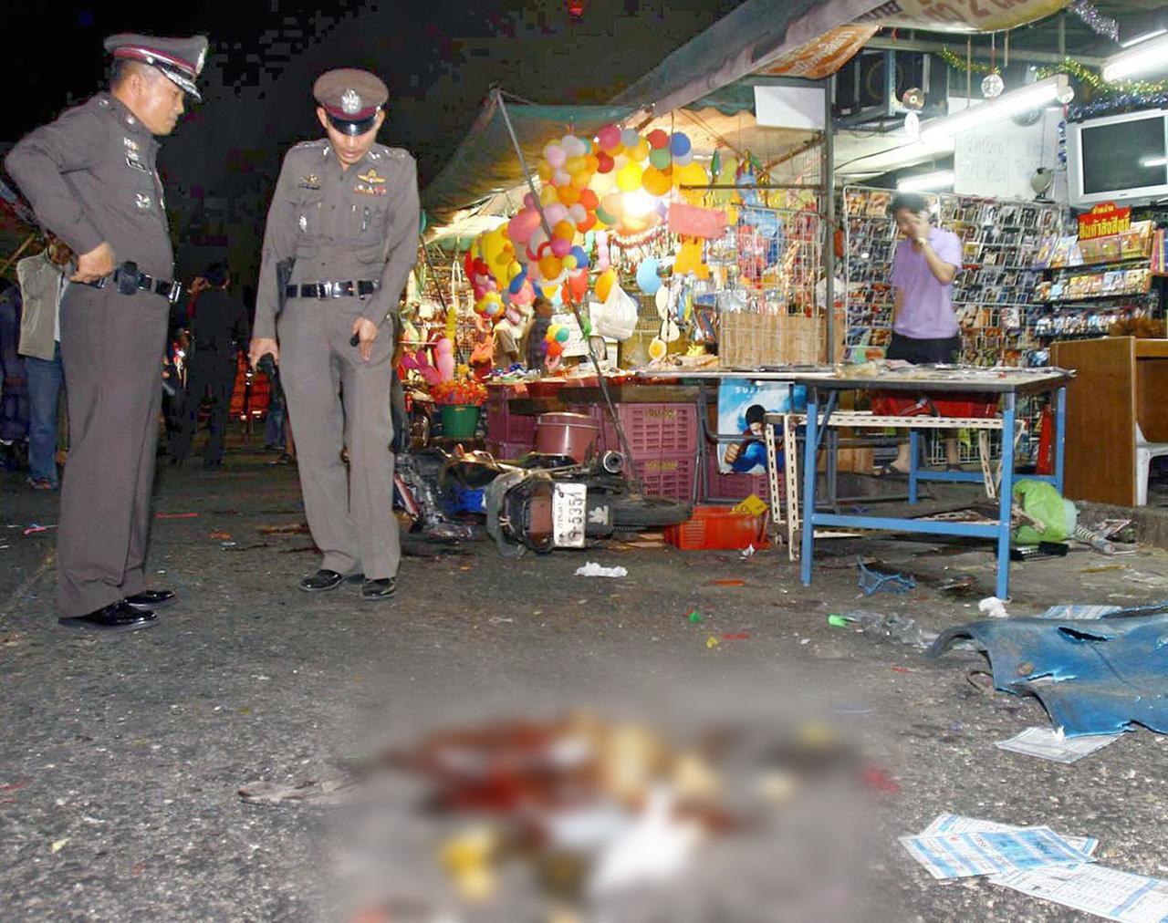 จุดที่ 3 เกิดระเบิดหน้าร้านขายซีดีและขายของชำ ตรงข้ามศาลเจ้าพ่อเสือ พื้นที่ สน.ท่าเรือ