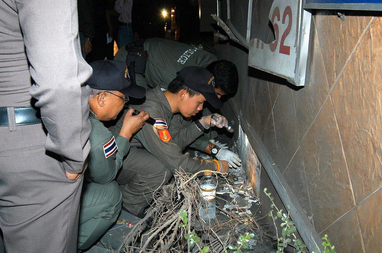 จุดที่ 6 เกิดระเบิดที่แปลงต้นไม้ ใกล้กับตู้ควบคุมสัญญาณไฟจราจร ตรงข้ามซอยสุขุมวิท 62