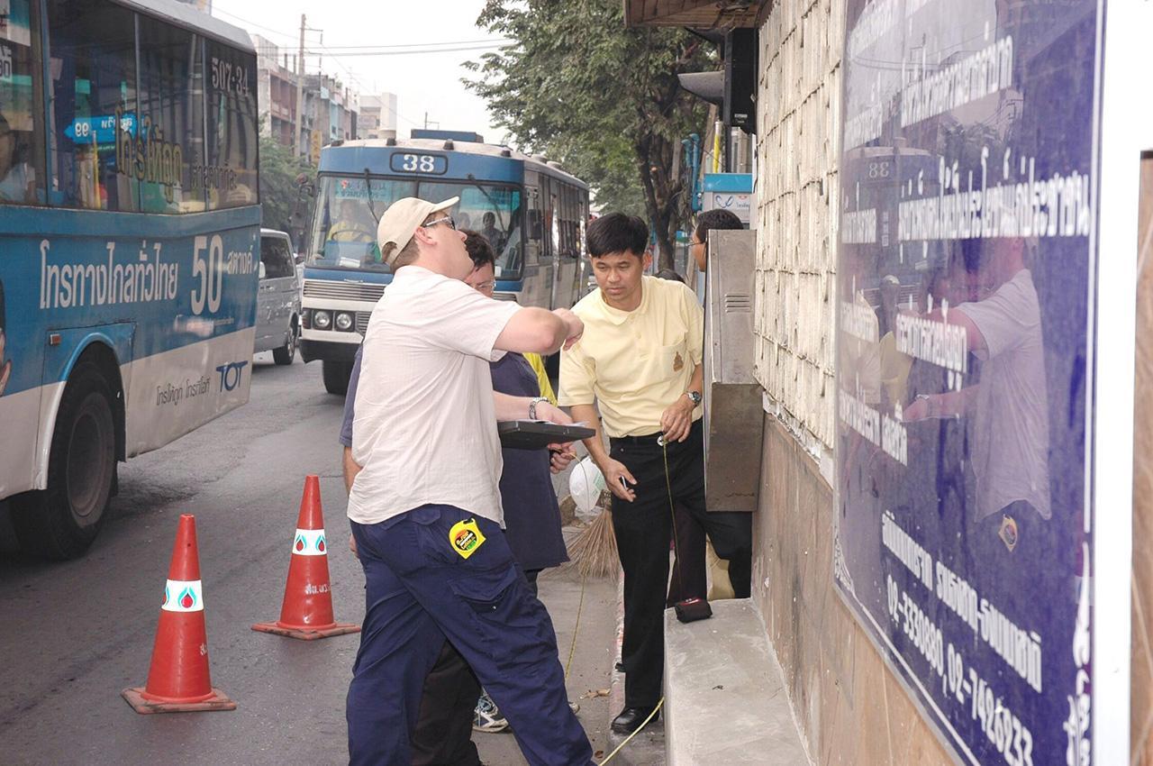 จุดที่ 8 เกิดระเบิดที่ตู้โทรศัพท์ระหว่างประเทศ บนทางเท้าอาคารเกษรพลาซ่า