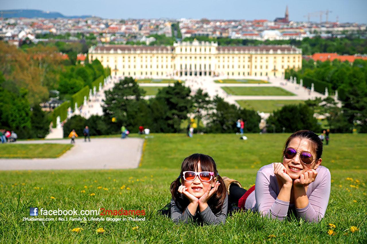 นอนเท้าคางบนสนามหญ้ากับวิวพระราชวังเชินบรุนน์ Schonbrunn