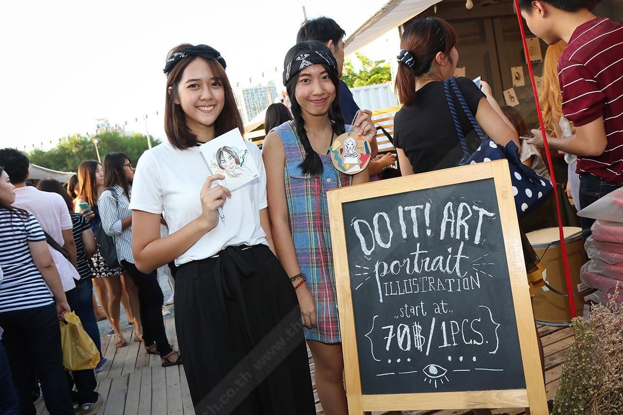 สองสาวศิลปินหน้าใหม่ น้องจูน (ขวา) และเพื่อน (ซ้าย)