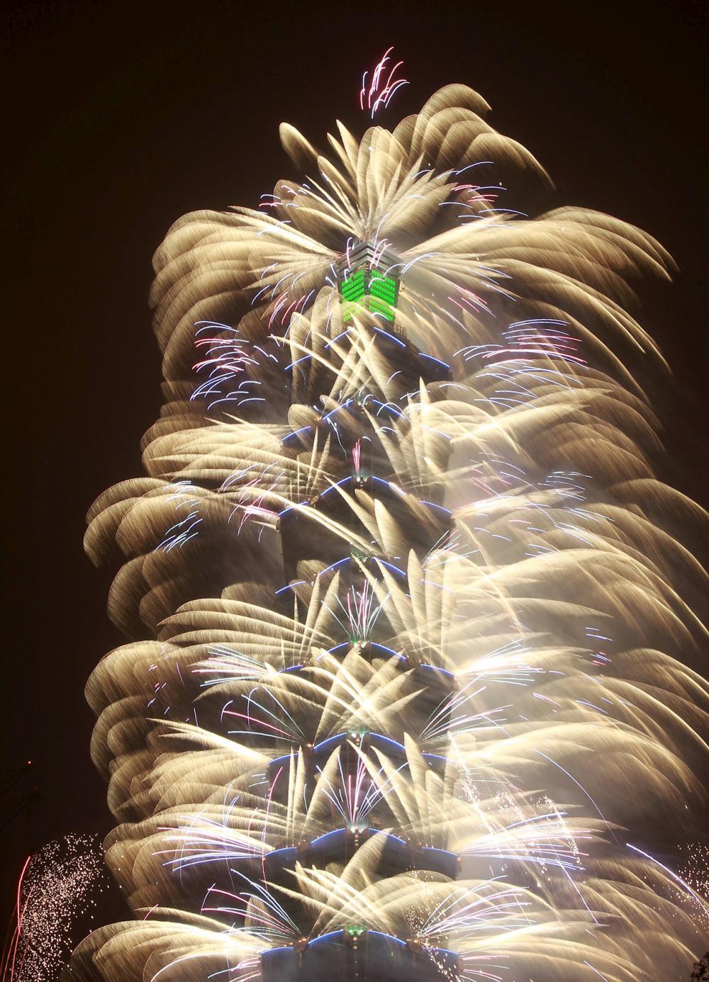 ตึกไทเป 101 เป็นอาคารที่สูงที่สุดในไต้หวัน ถูกใช้เป็นสถานที่จัดแสดงพลุไฟฉลองปีใหม่เป็นประจำทุกปี (ภาพ: REUTERS)