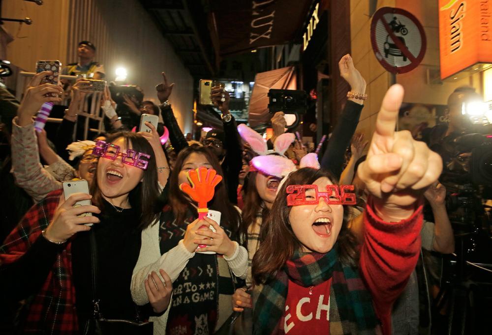 ชาวฮ่องกงร่วมเฉลิมฉลองต้อนรับปีใหม่ที่จัตุรัส หลาน ไกว ฟง ในเขตเซ็นทรัล (ภาพ: AP)