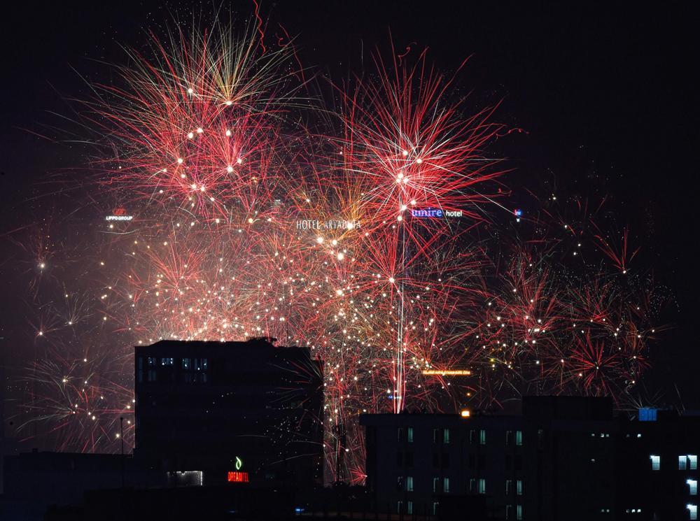 อินโดนีเซียจุดพลุฉลองวันปีใหม่ 2016 (ภาพ: AFP)