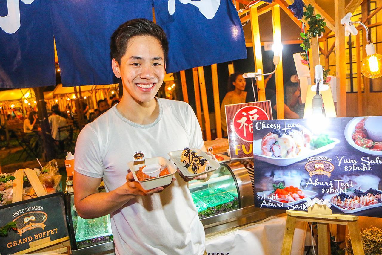 หนุ่มลักยิ้มบุ๋มขายอาหารญี่ปุ่น