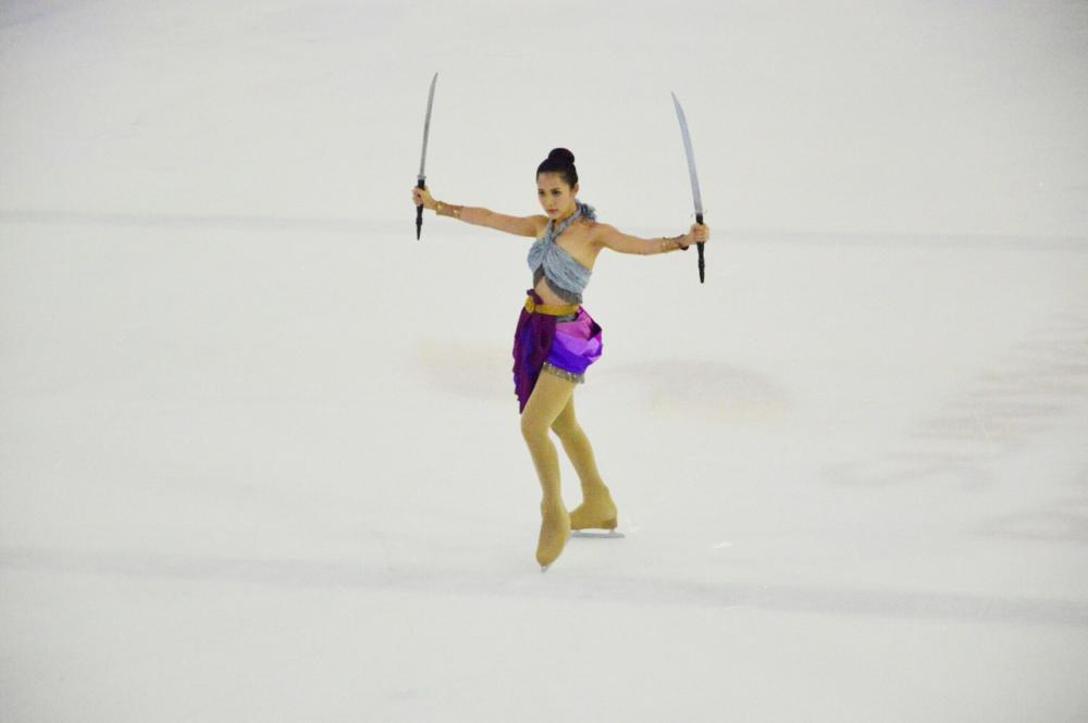 ทับทิมกับโชว์ฟันดาบในชุดนักรบหญิงไทย ในการแข่งขันไอซ์สเก็ต Skate Asia 2016 ที่ประเทศมาเลเซีย