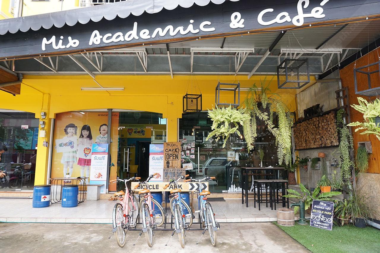 หน้าร้านมิกซ์ คาเฟ่ มีบริการจักรยานด้วยนะ